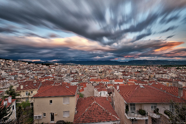 A panoramic picture of the city of Kozani under the cloudy sky.