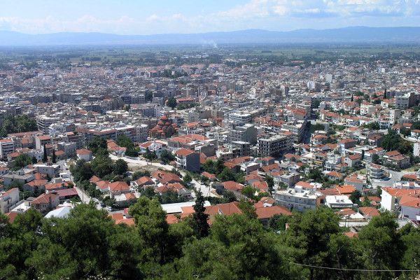 An overview of the city of Serres with the plain and the surrounding mountains in the background.