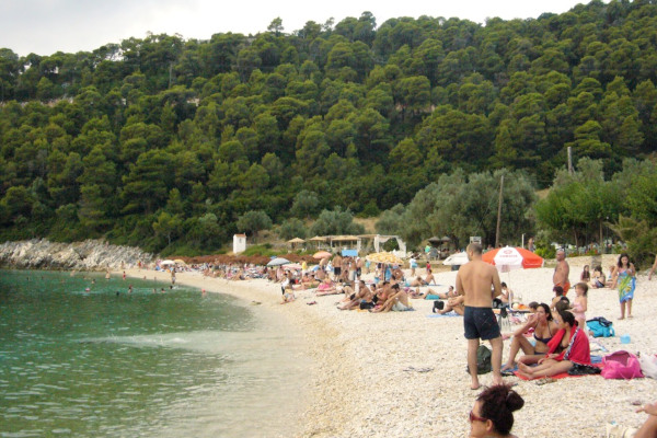 A picture depicting the Leftos Gialos beach on the island of Alonnisos.