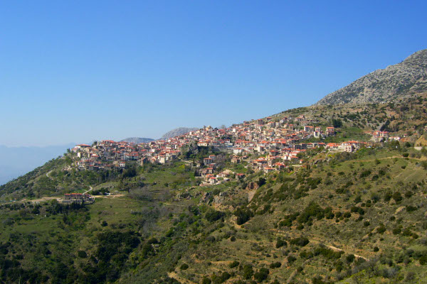 A photo taken from the Viewpoint of Arachova that shows the overview of the town.
