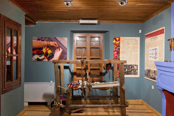 A loom in one of the rooms of the Weaving Museum of Arnaia.