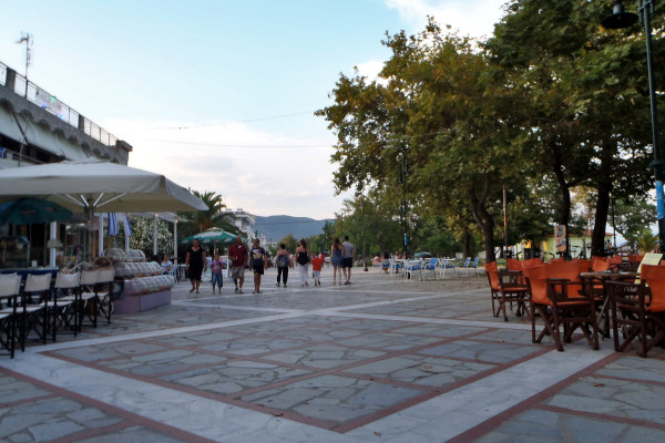A picture of the cobbled-stoned pedestrianized seaside promenade of Asprovalta.