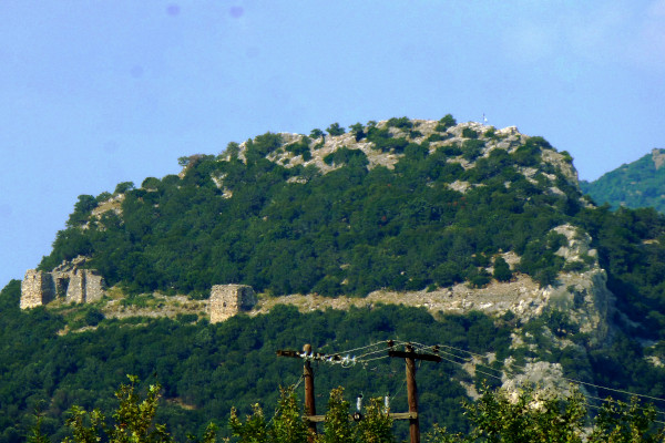 A remote picture showing the hill of Avanta castle where the three square tower of the castle are visible.