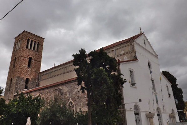 A picture depicting the exterior of Agia Paraskevi Church in Chalkida.