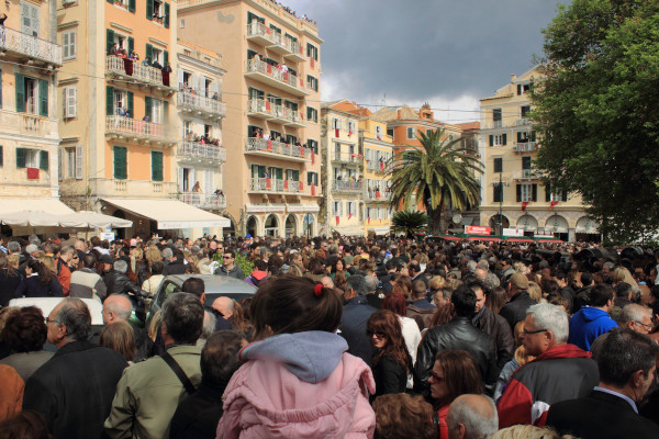 A huge crowd in front of the high buildings of the Spianada Square in Corfu wait to observe the custom of Botides.