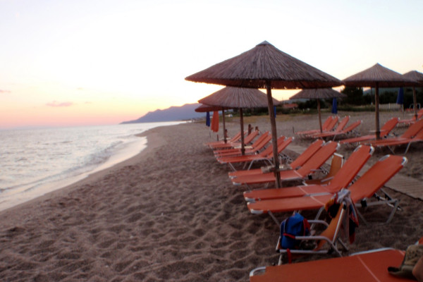A picture of the beach of Dikellon at the settlement of Dikella of Evros, including some umbrellas and sunbeds.