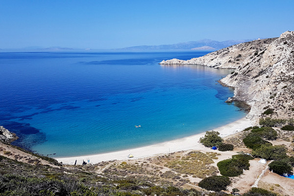 An overview of the Livadi beach on the island of Donousa.