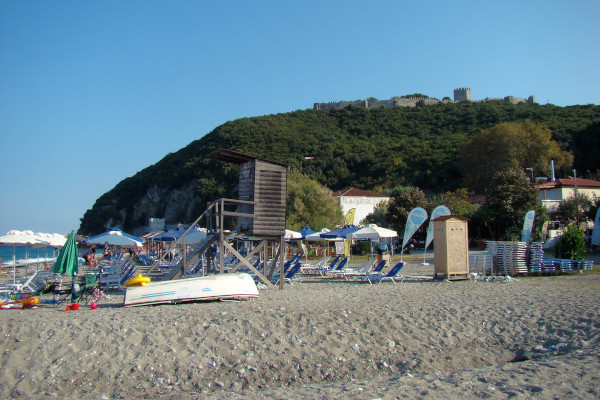 A photo of the beach of Panteleimonas with the castle of Platamon in the background.