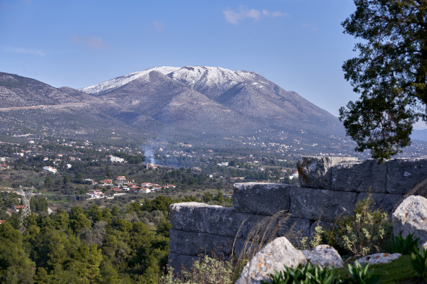 A picture showing the mountainous range of Olympus of Evia as well as its snowy peaks.