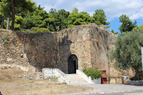 A picture showing the entrance of the Castle of Kalamata within trees.