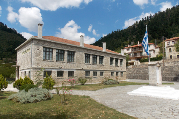 The old elementary school of Korischades that serves today as the Museum of National Resistance.