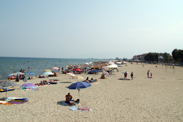 A picture showing the beach of Olympiaki Akti (Katerinoskala) with many people enjoying the sun and the sea.
