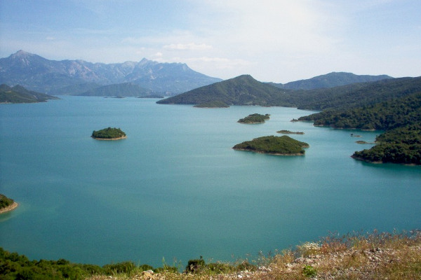 A picture of the Kremasta Lake with its small islands  as well as the surrounding mountains.