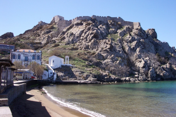 A photo of the hill of the castle and the Romeikos Gialos Beach in the city of Myrina.