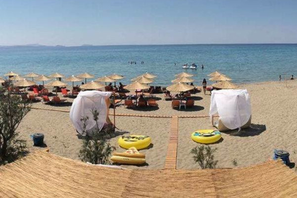 A picture showing the amenities of a beach bar lying on the beach of Zematas on Lemnos island.