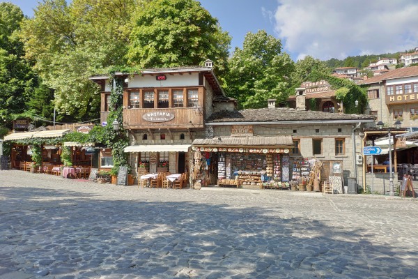 A photo showing a part of the central square of Metsovo as well as restaurants and shops.