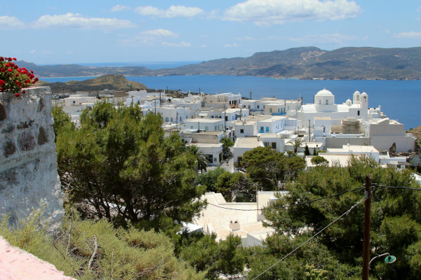 An overview of the village of Plaka with the view of the sea in the background.