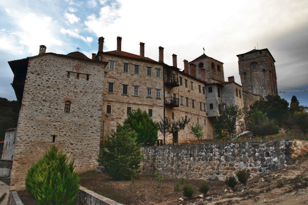 A picture showing the exterior of the buildings that compose the defensive walls of the monastery of Hilandari.