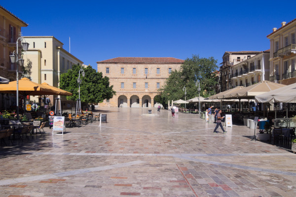 A picture of Syntagma Square in Nafplio surrounded by numerous cafeterias and restaurants.