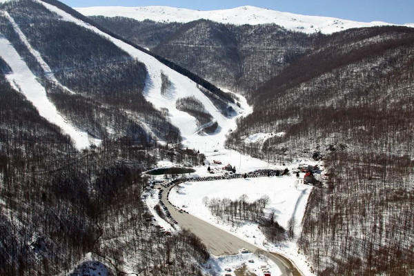 An overview of the slopes and the facilities of the ski resort 3-5 Pigadia.