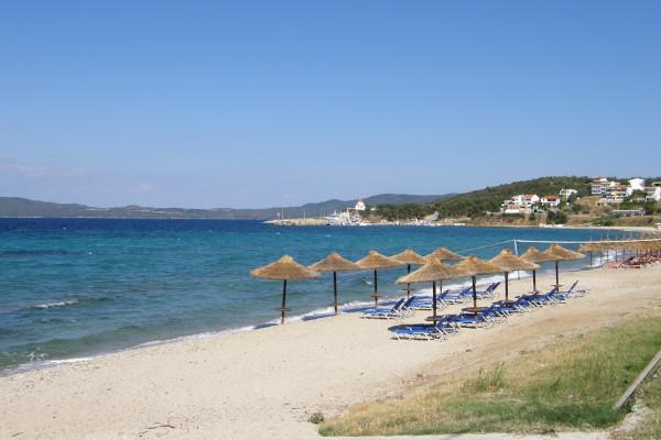A photo of sunbeds and umbrellas at the Nea Roda beach of Aristotelis Halkidiki.