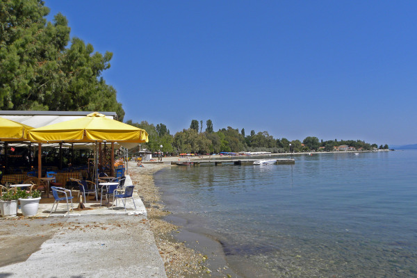 A photo showing the facilities of a restaurant and the beach of Kala Nera at South Pelion.