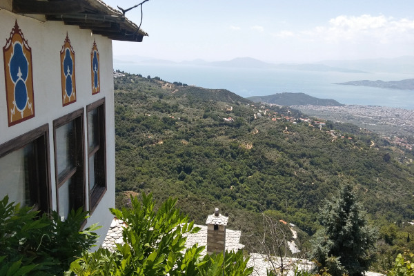 A part of a mansion of Makrinitsa and the incredible view of Volos city and the Pagasetic Gulf in the background.