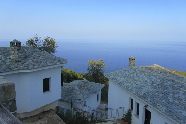 Houses of Tsagkarada with a view of the blue sea of the Aegean in the background.