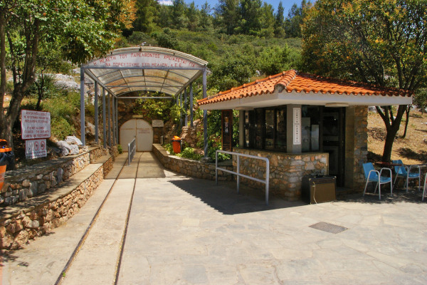 The main entrance and the kiosk that sells tickets at the Petralona cave of Halkidiki.