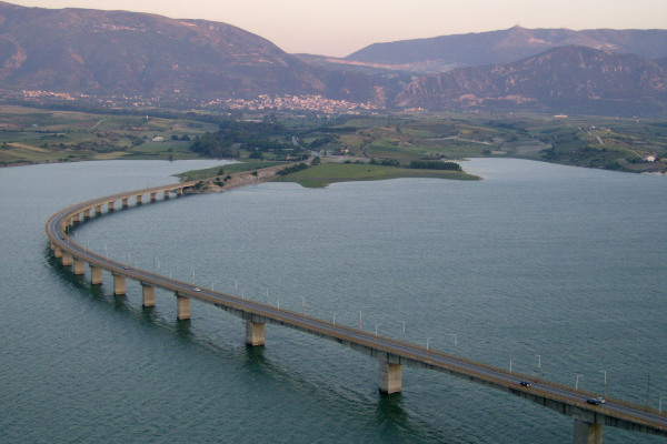 A panoramic photo of the artificial lake of Polyphytos and the Neraida bridge that crosses the lake.