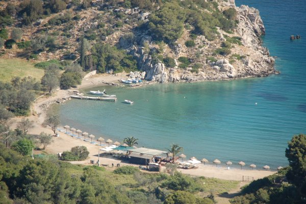 A panoramic photo showing the beach of Vagionia on Poros.