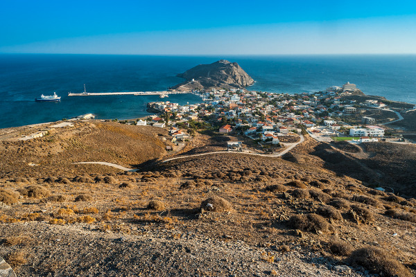 A panoramic picture of the main settlement of Psara including the marina and the blue sea in the background.
