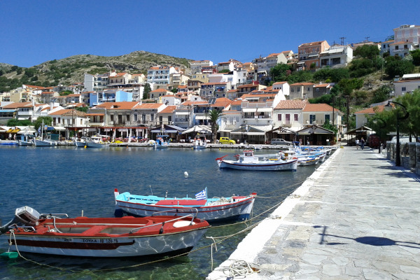 A picture of the Port & Promenade of Pythagorio with a part of the amphitheatrically built settlement.