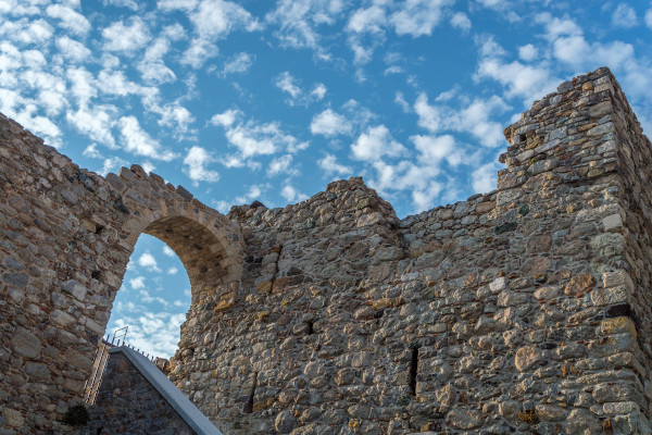 A photo showing the remaining walls of the Venetian castle in the main settlement of Samothraki.