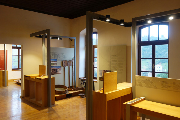 A picture of the interior of the museum depicting a room with the exhibits.