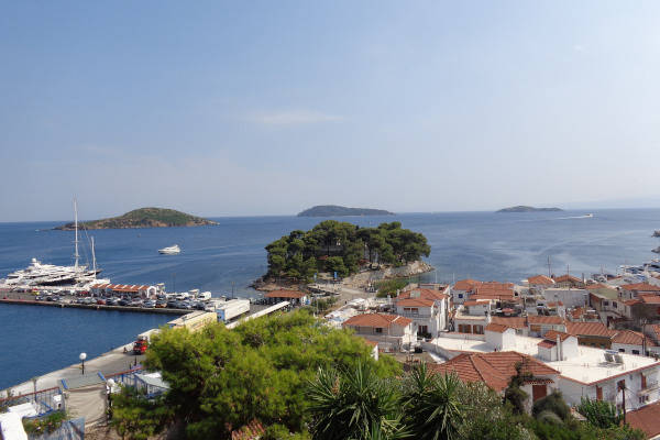 An overview of a part the city of Skiathos with the peninsula of Bourtzi in the middle.