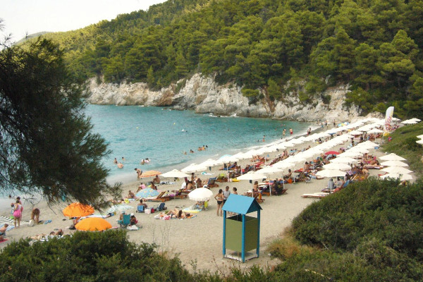 An overview of many people, umbrellas, and sunbeds at the Kastani (Mamma Mia) beach of Skopelos.