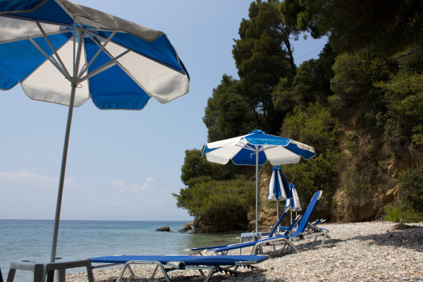 A picture of the Panormos beach of Skopelos by the steep cliffs of the surroundings.