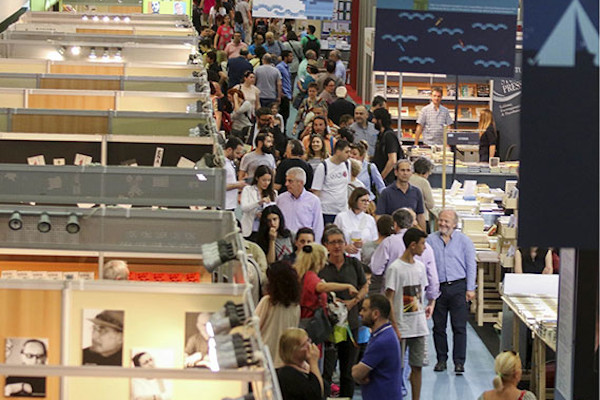 A picture showing the crowd among the benches of various publishers at the International Book Fair of Thessaloniki.