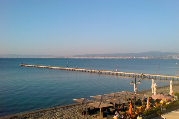 The beach of Perea with the city of Thessaloniki in the background.