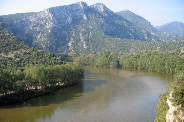 A picture of Nestos river flowing between the mountains and the lust vegetation of Thracian nature.