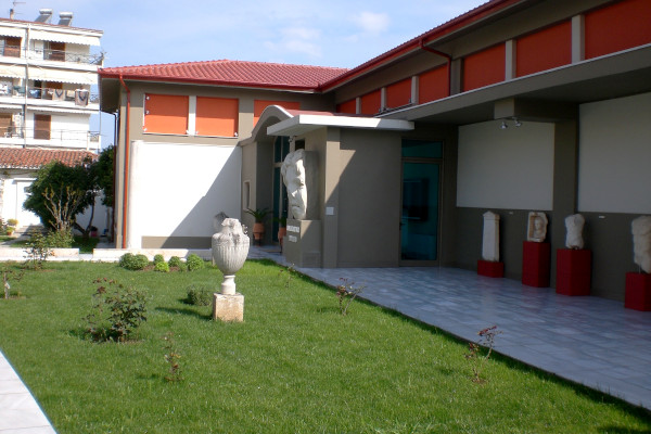 A picture of the exterior and the yard of the Archaeological Museum of Veria.