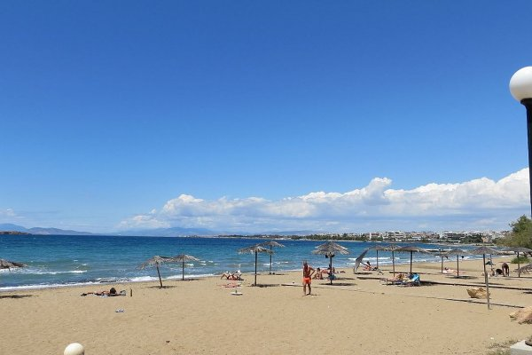 A picture depicting the Αkti Vouliagmenis Beach of Attica.