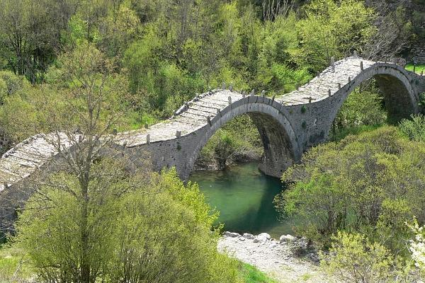 An overview of the three-arched bridge of Plakidas (Kalogeriko) among the dense vegetation.